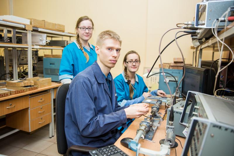 Все молодые сотрудники КБ-1 ещё совсем недавно, в 2012 году, были студентами-пятикурсниками, проходившими преддипломную практику на ферритовом производстве